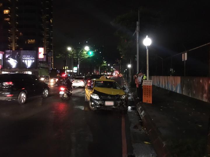 計程車車頭嚴重損毀。 記者林昭彰/翻攝