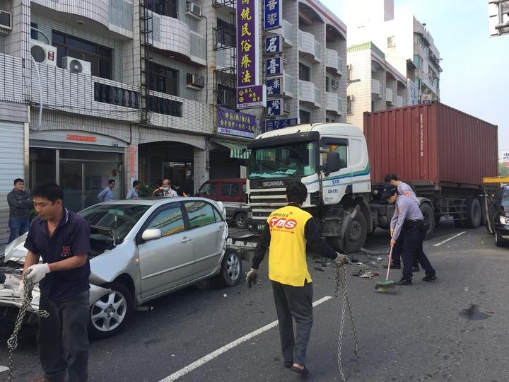 新營長榮路發生連結車追撞3車的車禍。記者吳政修/翻攝