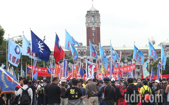 年金改革團體「八百壯士」帶隊遊行至總統府前表達抗議,要求政府勿逼退伍軍人走絕路,現場旗海飄揚。記者杜建重/攝影