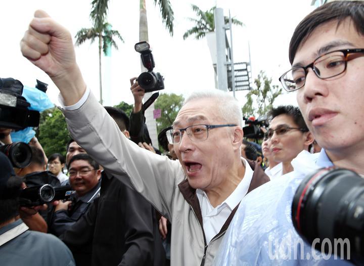 國民黨主席吳敦義上午在遊行前親自前往聲援八百壯士的抗爭行動。記者杜建重/攝影