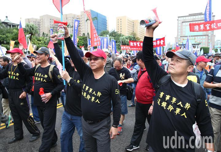 「八百壯士」帶隊遊行至總統府前的凱道抗議,要求政府勿逼退伍軍人走絕路,參與遊行的民眾大聲吶喊表達不滿。記者杜建重/攝影