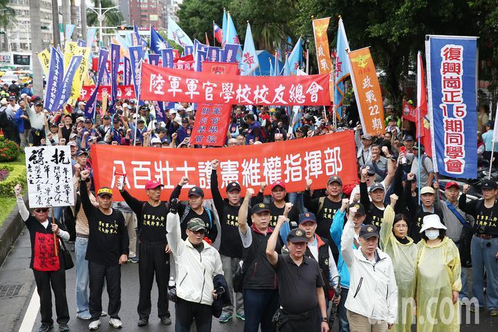 年金改革團體「八百壯士」帶隊遊行至總統府前的凱道抗議,要求政府勿逼退伍軍人走絕路。記者杜建重/攝影