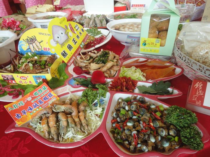 鹿港小吃宴的菜色豐富。記者簡慧珍/攝影