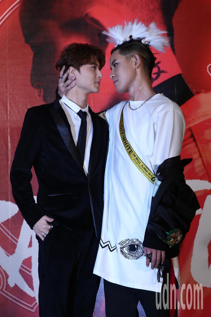 敖犬(右)舉行個人首張專輯發片記者會,王子(左)特地來站台,兩人相互新娘抱。敖犬還假裝要吻王子。記者蘇健忠/攝影