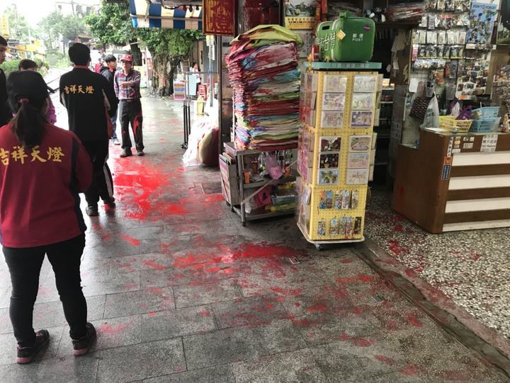 十分一家天燈店,早上遭人潑漆。圖/瑞芳警分局提供