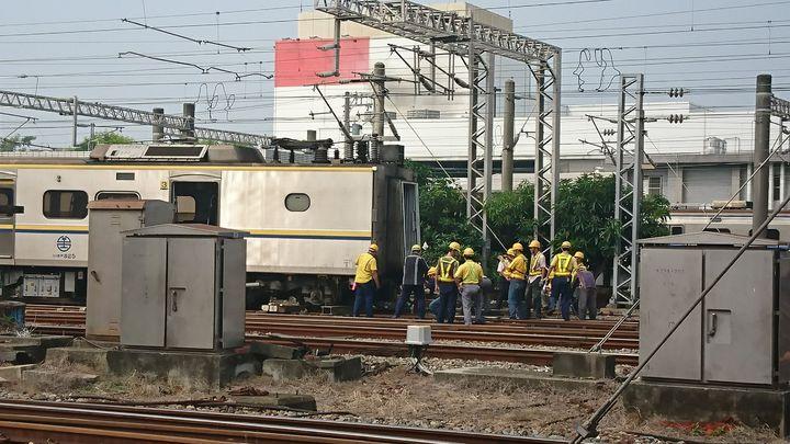 台鐵2134次由嘉義開往基隆區間車,今日清晨5點43分在嘉義站準備出庫發生事故,工作人員搶修。圖/讀者提供