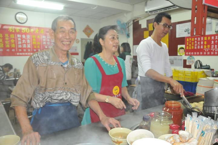 老闆劉清山(左)今年第10年捐出一日所得。記者游明煌/攝影