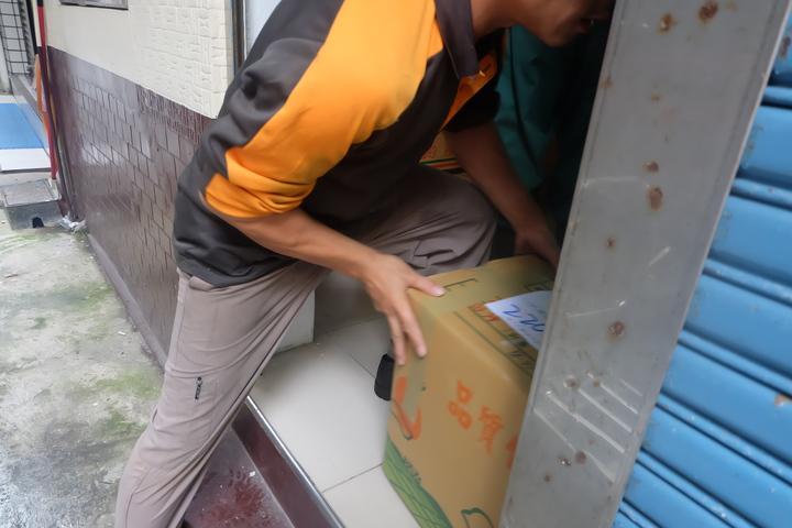李麗華一打開辦公室鐵門,兩輛快遞貨車接連停下,一箱箱搬下外界捐贈的冬衣,堆滿整間小小辦公室,讓她很感動。記者張芮瑜/攝影