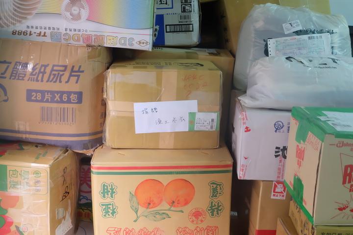 募集冬衣堆滿小小辦公室。記者張芮瑜/攝影