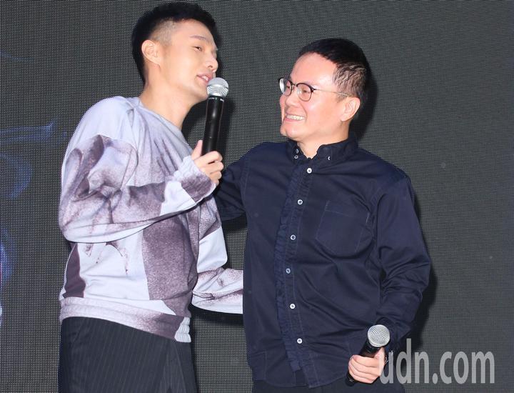 歌手李榮浩(左)下午舉辦新專輯發片記者會,華納音樂大中華區總裁陳澤杉(右)站台。記者陳正興/攝影