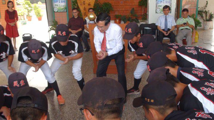 嘉義市長涂醒哲(中)和選手們共享喜悅,先是和棒球隊隊員一塊跳戰舞,也和小將們、親友團話家常。記者王慧瑛/攝影
