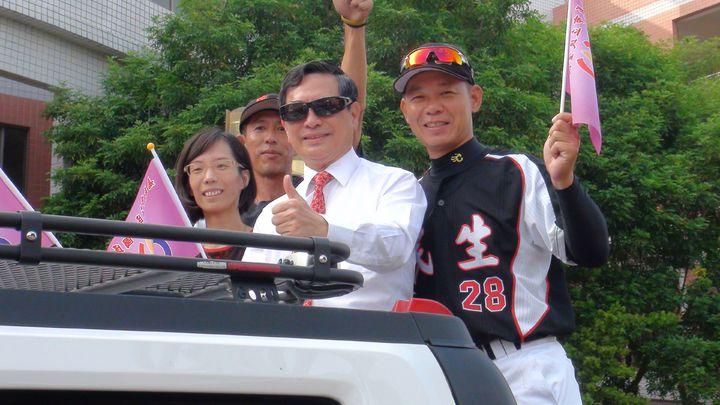 嘉義市民生國中棒球隊參加教育部主辦「106學年度國中棒球運動聯賽軟式組全國賽」,擊敗勁敵,拿下全國冠軍,校方舉辦英雄遊街,與市民分享喜悅。記者王慧瑛/攝影