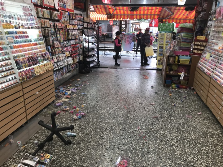 日韓客很愛去放天燈的的十分地區,今早驚傳有天燈店遭人持球棒砸店,還被潑灑紅漆。圖/瑞芳警分局提供