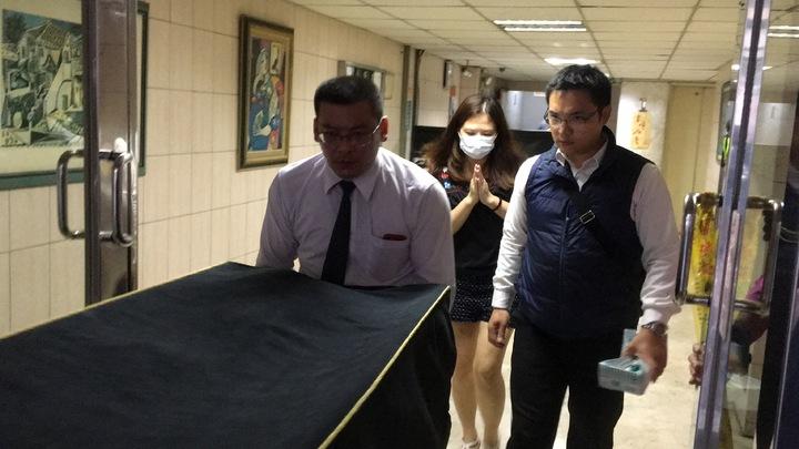 莊婦遺體移至殯儀館,女兒雙手合十跟隨在後。記者林孟潔/攝影