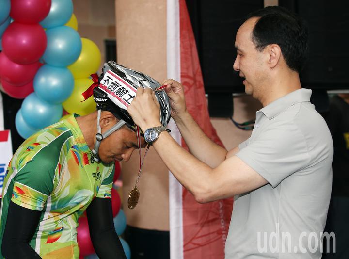 新北市長朱立倫親自迎接這群「不倒騎士」,並一一為選手戴上環台成功金牌。記者杜建重/攝影