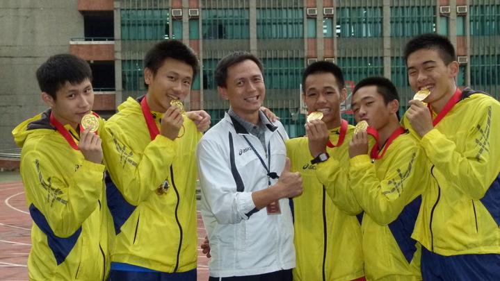 張家豪教練(左3)是治平高中田徑選手的伯樂,不但傳授運動技術也為學生做好心理建設。記者鄭國樑/攝影