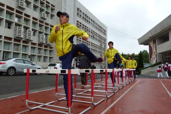 即使下雨天也要練習。記者鄭國樑/攝影