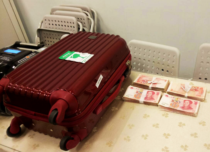 本國籍范姓旅客搭機前往澳門,被海關及安檢查出攜帶3萬6000元人民幣現鈔,扣除可以合法攜帶的2萬元人民幣後,1萬6000元人民幣沒入。(關務署台北關提供)