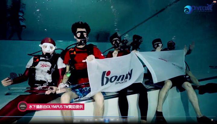 波力集團與仲量聯行結盟,派員下潛亞洲最深21米深潛池內交換信物。圖/波力集團提供