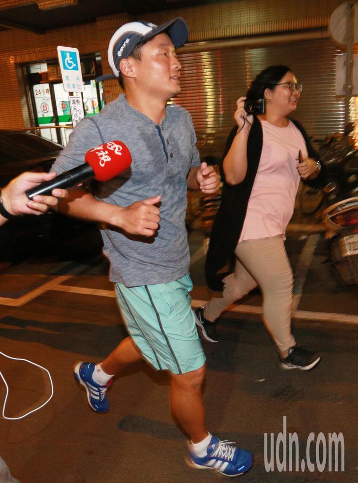 慶富造船副董事長陳偉志今晚一身輕裝從家裡跑步到派出所簽到,媒體詢問他是否去過總統府,他僅以點頭表示,隨後快跑離去。記者劉學聖/攝影