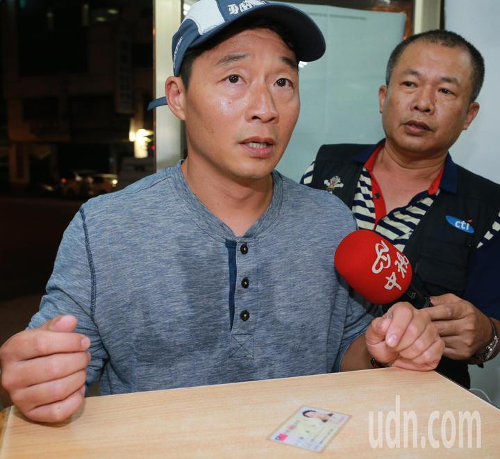 慶富造船副董事長陳偉志今晚一身輕裝從家裡跑步到派出所簽到,媒體詢問他是否去過總統府,他僅以點頭表示。記者劉學聖/攝影