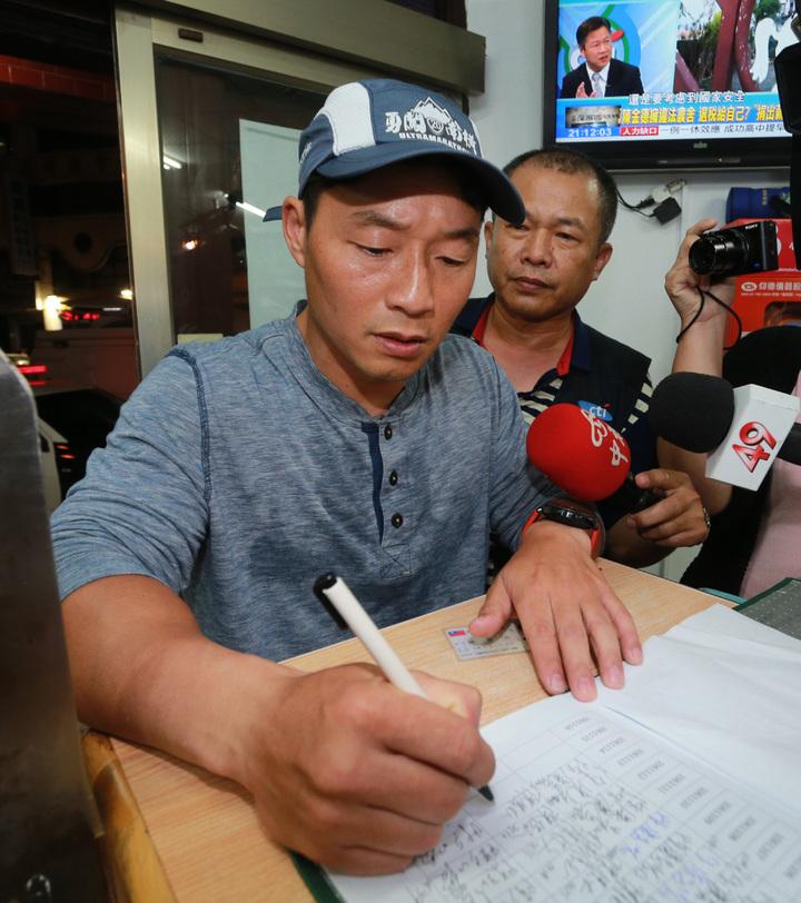 陳偉志晚間9點10分現身派出所簽到。記者劉學聖/攝影