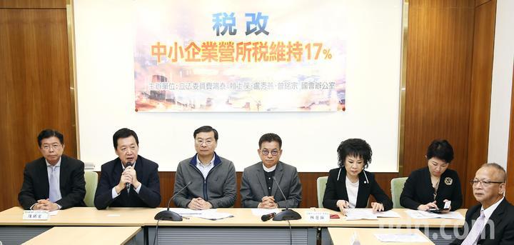 立委費鴻泰、曾銘宗、賴士葆、盧秀燕等四人上午召開記者會表達支持中小企業營所稅17%的立場。記者杜建重/攝影