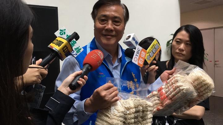 市議員楊正中批食安案件拖延9個月才稽查,台中號稱食安模範城市破功。記者陳秋雲/攝影