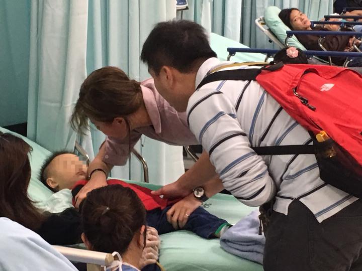 夫妻到醫院一直在孩子身邊,醫師診斷確定是感冒引起的不適而且狀況穩定後才鬆口氣。記者鄭國樑/翻攝