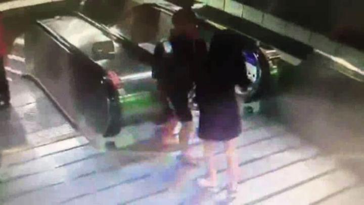 妙齡女子沒穿內褲搭捷運,男子竟偷拍裙底風光,被害女子察覺在熱心民眾協助下逮人報警送辦。記者王長鼎/翻攝