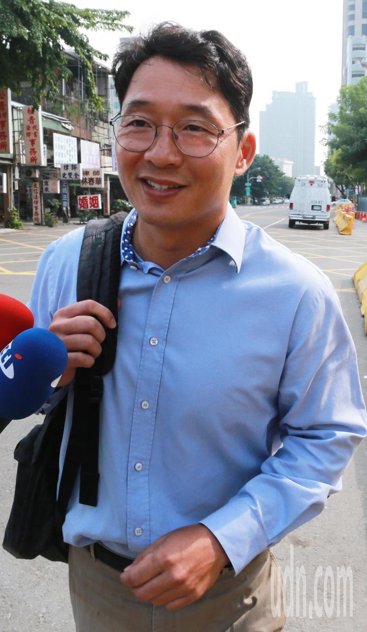 今天中午高雄地檢署再度傳喚陳偉志說明案情,當他走出地檢署時特地向媒體表示昨天的點頭動作是「誤會一場」。記者劉學聖/攝影