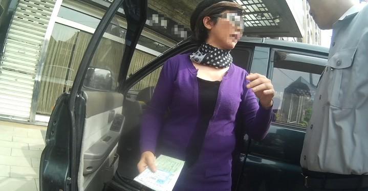 施女面對警方盤查時,還跟員警說「不要為難我」。記者劉星君/翻攝