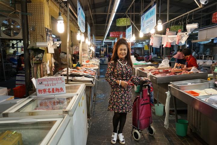 客家樂團「打幫你樂團」推出新曲,今日在新竹縣竹東市場拍攝快閃MV,找來客家阿婆穿起復古洋裝、大跳恰恰,讓客庄阿婆也能「時尚」一下。記者陳妍霖/攝影