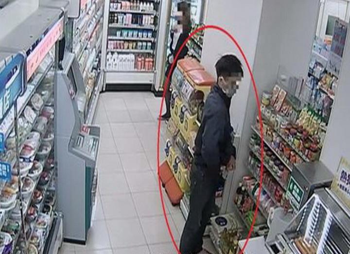 沈迷線上賭博遊戲的莊姓男子,第4度到屏東縣林邊鄉這家超家偷點數光碟,店長透過監視器逮到行竊證據,報警查辦。記者潘欣中/翻攝