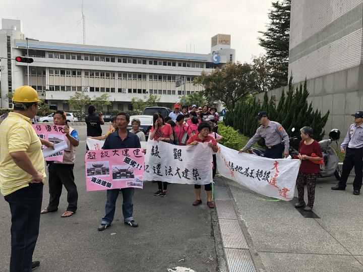 40多名草屯鎮民下午到縣府抗議違建遲遲不拆,並舉起鐵鎚打掉違建照片。記者江良誠/攝影