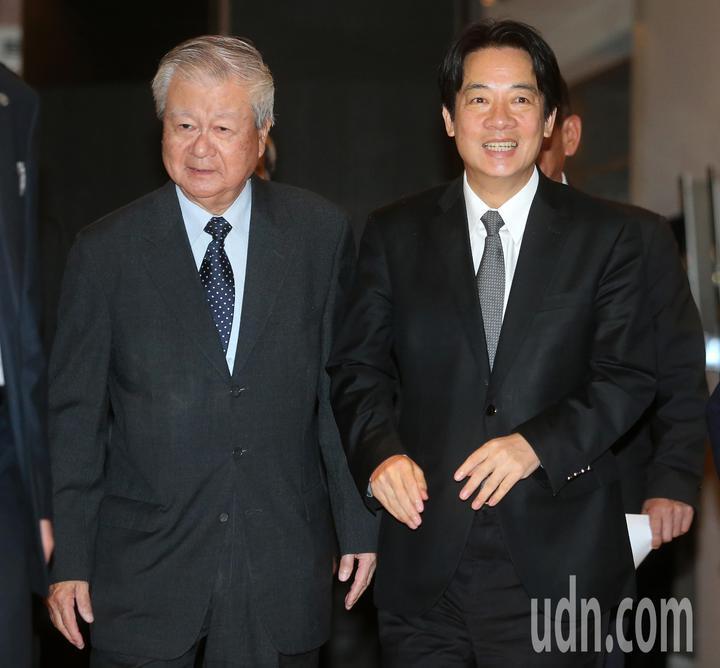 行政院長賴清德(右)今天在吳三連獎基金會董事長吳樹民(左)陪同下,出席「第40屆吳三連獎贈獎典禮」。記者胡經周/攝影