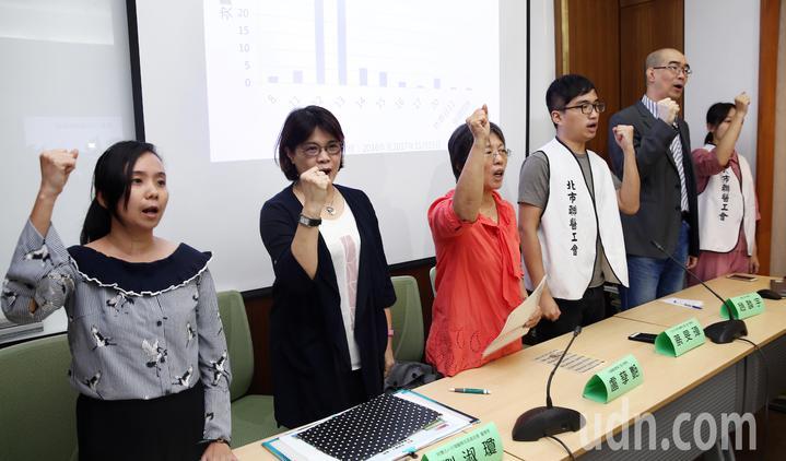 包括台灣護理產業工會、台北市聯合醫院企業公會、嘉義基督教醫院企業工會、財團法人台灣醫療改革基金會、台灣職業安全健康連線等團體代表,下午在立法院共同召開記者會,要求行政院應撤回這次修法。記者杜建重/攝影