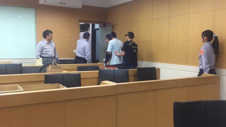 疑涉嫌殺老婦的黃姓水電工移送北檢複訊。記者賴佩璇/攝影。