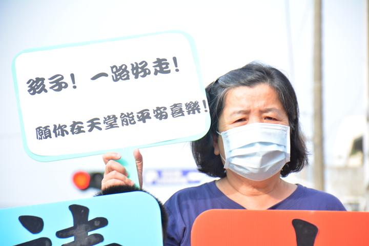台南市口埤教會牧師娘許素芬不捨兩個少年之死,用「沈默」表達無言的控訴。記者吳淑玲/攝影