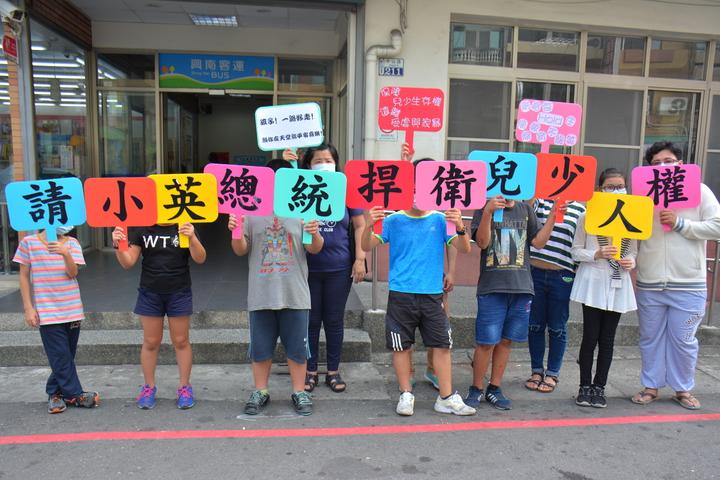 台南市口埤教會牧師娘許素芬今天上街頭舉牌,對於兩個少年之死,用「沈默」表達無言的控訴。記者吳淑玲/攝影