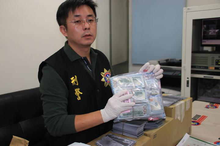 警方昨天瑞芳車站查獲逮到Richards,在他身上查獲10萬元美金。記者曾健祐/攝影