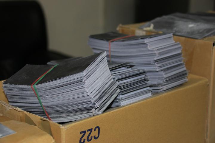 嫌犯利用將自製的黑色鈔票,混充在整疊普通黑紙中,佯稱整箱有價值300萬元的美金。記者曾健祐/攝影