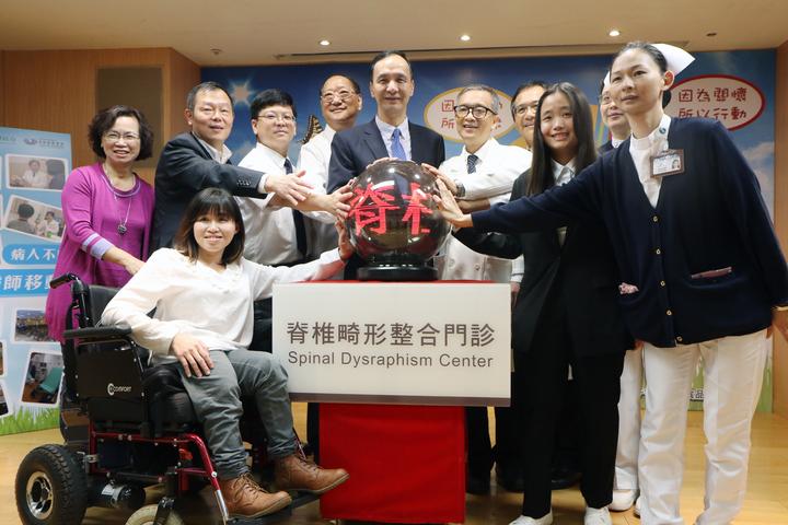 新北市跨局處整合民間資源,與台北慈濟醫院合作成立「脊椎整合門診」。記者王敏旭/攝影