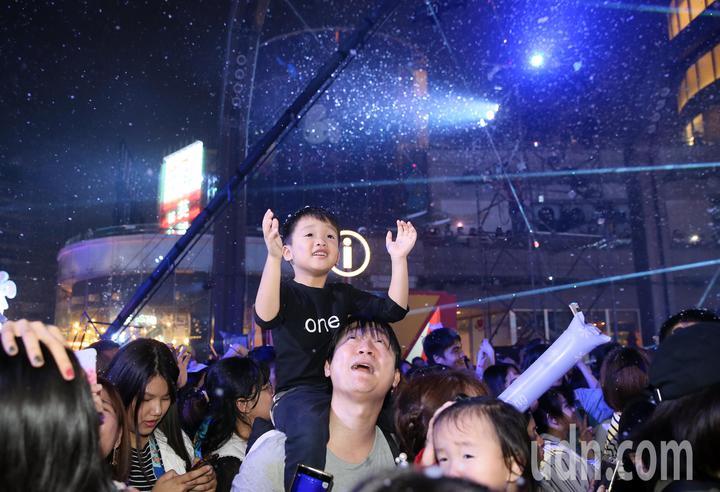 統一時代百貨夢廣場舉辦耶誕樹點燈活動,並在外噴起泡泡雪花,讓在亞熱帶的台灣也有過聖誕的氣氛。記者許正宏/攝影