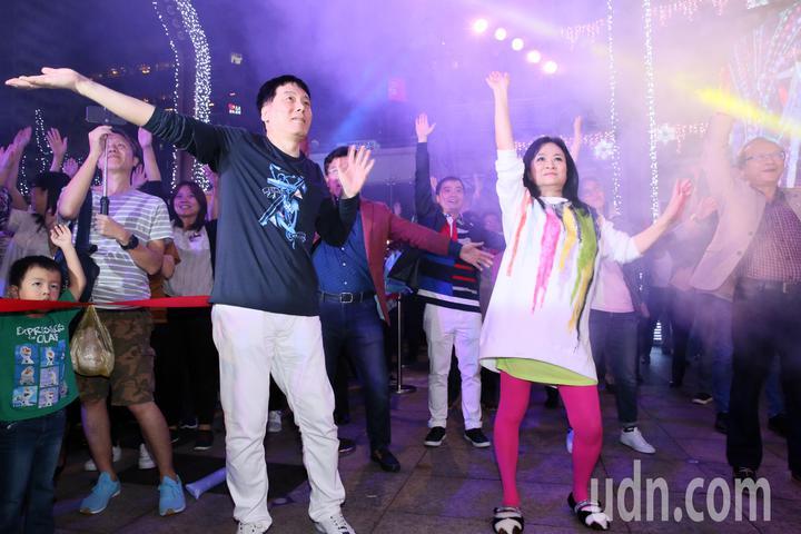 統一時代百貨夢廣場舉辦耶誕樹點燈活動,統一董事長羅智先(左)攜夫人統一美麗事業董事長高秀玲(右)出席,兩人並跳著愛‧Sharing主題曲舞蹈,與員工一起同歡。記者許正宏/攝影