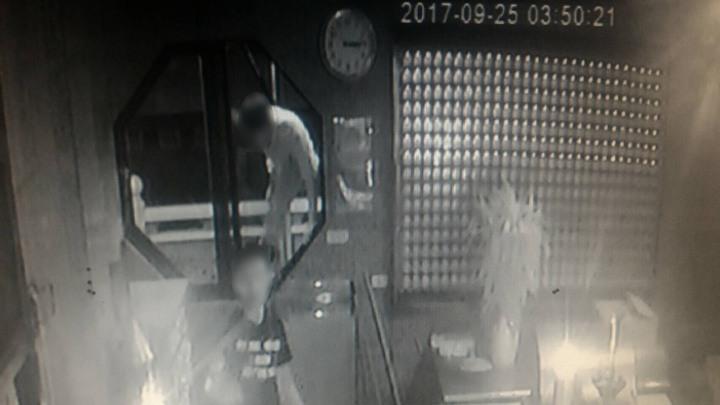 竊賊打破一間廟宇窗戶鑽入行竊。記者游明煌/翻攝