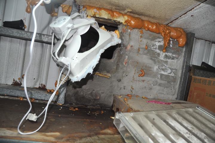竊賊直接把通風扇卸下鑽入行竊。記者游明煌/翻攝