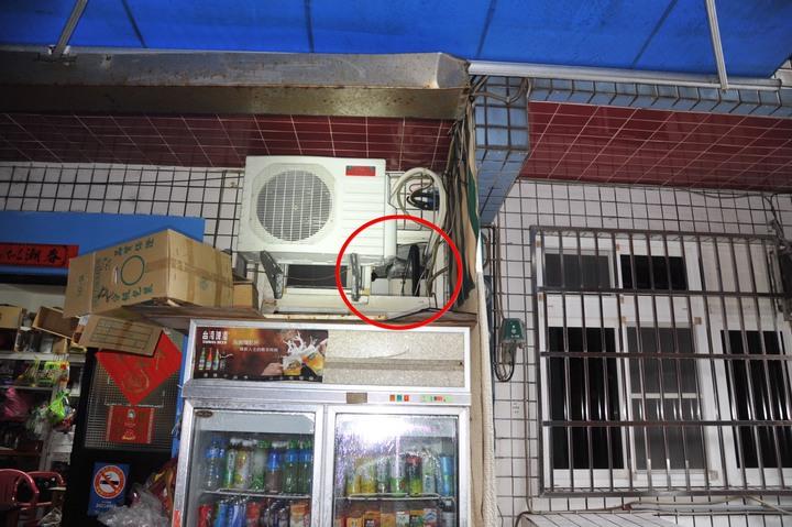 冷氣機旁拉電線的小氣窗也被小偷鑽入行竊。記者游明煌/翻攝