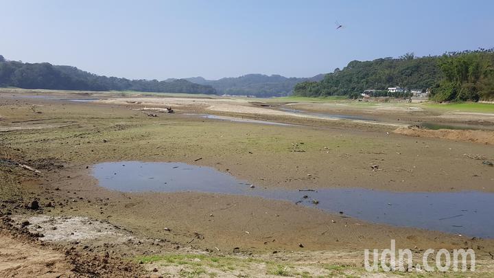明德水庫海棠島周邊乾涸見底,難得一見的景象也吸引遊客造訪。記者黃瑞典/攝影