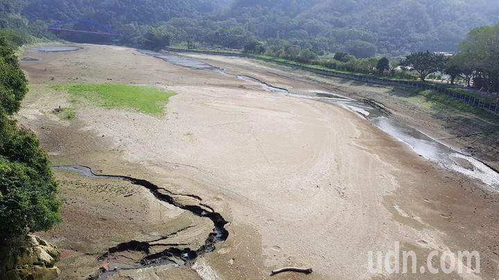 以前遊艇可經明湖蘇堤旁水域至環湖橋,現已乾涸見底。記者黃瑞典/攝影